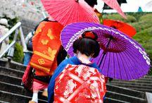 Japonia. KYOTO, gheișe și Maiko / Gheișe = grup de elita culturala concentrat asupra frumusetii si esteticii (artista, persoana a artelor). Maiko = stagiar gheișă. Kyoto are comunitatea cea mai vibranta si infloritoare de gheișe in Japonia. Le deosebesc coafurile diferite care marcheaza diferite etape de ucenicie, machiajul din jurul ochilor si pe obraji, kimono mai mult sau mi putin rafinat, un OBI pe spate, incaltamintea etc