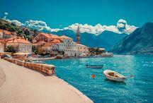 Montenegro, Bijela/ Tivat / Montenegro is een land dat grenst aan de prachtige Adriatische zee, en recht tegenover Italië ligt. Montenegro heeft prachtige plaatsen, zoals Bijela en Tivat waar veel bezienswaardigheden te vinden zijn .Zo ligt het vol met prachtige baaien grote havens, en veel gezellige kleine dorpjes.  Bij ons kunt u terecht voor goed verzorgde hotels, waarbij u zo goed als wakker wordt aan het strand. Geniet van deze prachtige foto's en boek nu u vakantie naar Montenegro bij www.jouwvakantiedeals.nl!