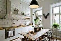 Kök / Köksinspo: kakel, luckfärger, handtag, möblering, köksbord