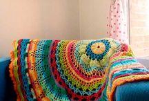 Decoração colorida / Ambientes com móveis ou decorações coloridas deixam o espaço muito mais alegre e convidativo, aposte!