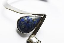 Sieraden / De collectie van edelsmid Marja Schilt bestaat uit unieke handgemaakte sieraden. De sieraden worden in eigen atelier gemaakt en zijn geïnspireerd op de vele organische natuurlijke vormen en lijnen zoals ze overal om ons heen te vinden zijn.