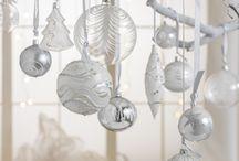 DIY Christbaumkugel-Deko / Nicht nur am Heiligen Abend ein Highlight: Schon in der Adventszeit haben Christbaumkugeln einen glanzvollen Auftritt, wenn sie als originelle Deko Weihnachtsstimmung ins Zuhause zaubern dürfen.