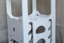 Montessori Torre dell'apprendimento (pieghevole) / Le torri montessoriane puzzle, sono speciali torri dell'apprendimento, realizzate in legno, solide e allo stesso tempo pieghevoli, in modo da poter essere smontate quando non più utilizzate.  orre dell'apprendimento pieghevole Struttura in multistrato con incastri a puzzle e sistema di fissaggio a manopole girevoli. Piano con possibilità di regolazione su 4 posizioni. Misure di ingombro massime con torre aperta: cm 65 x 61 x 90 Misure di ingombro massimo con torre chiusa: cm 32 x 61 x 90
