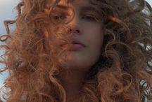 ułożenie kręconych włosów