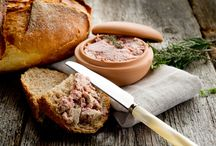 How to make paté 101 / Paté is one of those meat dish that you can use in so many ways. In sandwiches, as a starter or as a stylish praline snack. And it's really not that hard to make it yourself!