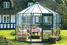 Diamond - Pawilon Ogrodowy / Dzięki serii DIAMOND zyskacie nie tylko szklarnie, lecz pawilon ogrodowy, w którym będziecie mogli z przyjemnością siedzieć od wczesnej wiosny aż do późnej jesieni. Dach składa się z 6 podwójnych płyt poliwęglanowych, które z jednej strony chronią rośliny przed zbyt dużym promieniowaniem słonecznym, z drugiej zaś troszczą się o wystarczającą temperaturę. Budynek ma 70cm szeroki drzwi niszowe zamykane na klucz i standardowe dwa duże okna z żaluzjami.