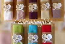 Ronds de serviettes et décoration assortie / Ronds de serviettes et portes nom en toile de jute avec serviettes et décoration assorties