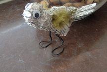 Pyssel DIY / Fågel gjord av folie, tidningspapper, ståltråd och påskfjädrar
