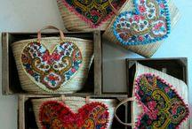 Mochilas y Canastos / Opciones para decorar los canastos hechos en palma de Iraca y las mochilas Wayuu con cuero.