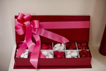 Scatole portaconfetti da regalo / Un pacchetto regalo crea sempre una grande aspettativa. Cosa succederebbe se aprendolo chi lo riceve fosse pervaso da un odore di confetti, caramelle e cioccolatini? Se cerchi una confezione innovativa, ma raffinata, che lasci senza fiato ancor prima di aver visto il regalo vero e proprio, abbiamo quello che fa al caso tuo! Leggi di più sul nostro blog www.dolceeliconfetteria.wordpress.com