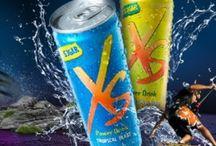 """XS POWER DRINK / El término """"XS™"""" proviene de la palabra """"exceso"""", que representa la capacidad de ir más allá y superar tus límites. Exceso en calidad, Exceso en vitaminas. XS™ Power Drink contiene un alto porcentaje de Vitaminas B, lo que contribuye a un metabolismo energético normal y ayuda a reducir el cansancio y el agotamiento. El ácido pantoténico contribuye, además, al normal funcionamiento de la mente. Una dieta variada y equilibrada y un estilo de vida saludable son de gran importancia."""