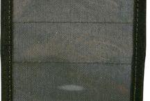 Admintaschen / Im Einsatz oder auf Streife müssen zahlreiche Unterlagen ständig am Mann getragen werden. Verschiedene Ausweise, Zugangskarten, Frequenztafeln, Erkennungszeichen, Notfallkarten usw.. Auch ein Handy oder Notfallpistolenmagazin lässt sich mit Admin-Taschen so auf der eigenen taktischen Ausrüstung befestigen, dass diese immer griffbereit sind. Hergestellt von WARRIOR und ZentauroN.
