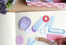 Adhesivos y adornos / En la sección de Arts and Crafts coleccionamos los adhesivos y adornos que más nos gustan: Washi tape, die cuts, stickers, pegatinas ¡y muchas cosas para decorar!