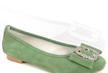 Trachten Schuhe Damen / Was passt besser zur Tracht als die passenden Trachtenschuhe? Vom klassischen Halbschuh oder Stiefel bis hin zu frischen Ballerinas und Pumps in vielen verschiedenen Farben findet hier jeder die richtige Kombination. Egal ob mit Dirndl, Lederhose oder Trachtenrock - So ist man immer ein Blickfang!