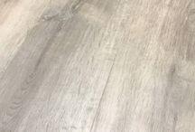PVC vloeren / PVC klik vloeren zijn eens te meer hip en trendy en winnen dan ook steeds meer en meer terrein op traditionele laminaat-, parket- en zelfs vinylvloeren. PVC klik vloeren hebben wij in diverse breedtes en decoren voor aantrekkelijke prijzen. Laat u inspireren en voorlichten in onze showroom.