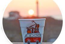 Collection La Plage / une nouvelle série de porcelaines avec deux tasses froissées Revol et un pot à ustensiles