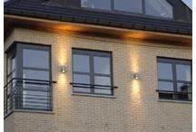 ramen en deuren / Schrijnwerk in ALU of PVC kan u steeds combineren met sierluiken of vliegenramen, al naargelang uw wensen. Het aanbod van beglazing bij ALU/ PVC ramen of deuren blijft heel ruim. U kan kiezen uit ondermeer hoogrendementsglas, vierseizoenenglas, veiligheidglas, Actuell Glass, Luxaclair met wentelbare lamellen tussen het glas, ...