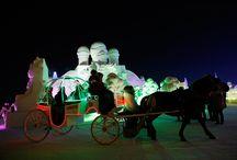 #Cina / Harbin è una città della Manciuria, nella Cina nordorientale, dove in inverno le temperature possono raggiungere i -30 gradi centigradi. Qui ogni anno si svolge il Festival internazionale della scultura di ghiaccio e neve, in cui artisti provenienti da tutto il mondo creano una città intera fatta di ghiaccio e illuminata da speciali giochi di luce.