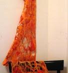 Chalinas de fieltro y otros textiles / Realizadas en técnica Nuno (fieltro artesanal de lana sobre gasa o seda), con intervenciones de fibras vegetales (ramio, cáñamo, lino) y seda natural