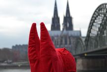 The red plush cushion travels the world / Cologne is a feeling. And because we want to share it with everyone, we will send the cathedral on travels. The red plush cushion will travel the world. Be excited about where the journey will take it…