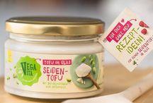 Unsere Produkte / Von herzhaften Aufstrichen über Tofu bis hin zu veganen Wurstvariationen und vieles mehr. Alle Vegavita Produkte sind 100% pflanzlich.