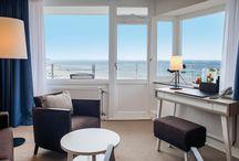 Zimmer & Suiten / Aus jedem der 338 Zimmer & Suiten haben Sie einen einmaligen Meerblick auf die Ostsee.