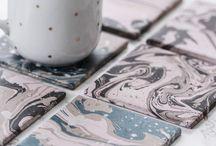 """Marmorizzazione nel nuovo look! / Realizza i tuoi accessori per il bagno, i sottovasi, le bottiglie decorative o i bicchieri - """"Coffee to go"""" nella preziosa struttura marmorea! Nella marmorizzazione a immersione puoi ottenere favolosi effetti marmorei su ceramica, vetro, metallo, plastica, legno, carta, gres, terracotta o polistirolo. Ogni risultato è individuale! E proprio il motivo casuale costituisce il fascino del look marmoreo."""