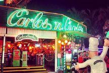 Carlos ´n Charlie´s Cancún / Carlos'n Charlie´s es un restaurante 100% mexicano, ideal para familias, donde la personalidad genuina y sutil humor del fundador de Grupo Anderson, Carlos Anderson, es evidente en cada detalle. En un  ambiente informal y relajado, los visitantes tienen la libertad de hacer lo que quieran, ya que se divertirán con su entorno – bailando en las sillas, actuando,  sketch cómicos, cantando y mucho más.