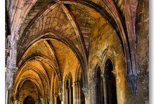 Krużganek / Krużganek (łac. claustrum, niem. Kreuzgang) – długi korytarz (ganek), okalający przeważnie wewnętrzny dziedziniec na jednej lub kilku kondygnacjach. Pełnił funkcję komunikacyjną. Na ogół przykryty sklepieniem lub stropem krzyżowym, na zewnątrz otwarty najczęściej arkadami filarowymi lub kolumnowymi. Od podcieni różni się tym, że wystaje przed lico muru budynku.