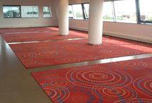 Festonneren / Festonneren is een veel gebruikte manier van het afwerken van vloerkleden. De randen van het tapijt worden traditioneel afgewerkt met garen. Carpet Making gaat voor de hoogste kwaliteit en werkt alle maatkarpetten af met een 100% polyamidegaren, zodat de festonranden niet gaan pluizen.