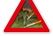 Waldbrandgefahr / Beschilderungen mit Hinweisen zu Waldbrandgefahren. Jedes Jahr im Sommer, wenn die heimischen Wälder ausgetrocknet sind, besteht akute Brandgefahr. Waldbrände können durch Blitzeinschlag ausgelöst werden, aber auch durch fahrlässiges Verhalten. So wird vielerorts zurecht das Rauchen im Wald verboten und auf Gefahren durch unbedachtes Hantieren mit dem Feuer hingewiesen.