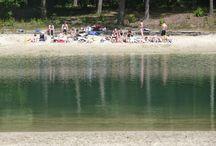 Strandplassen in de bossen van Drenthe / In Drenthe zijn veel strandplassen waar je kunt zwemmen en in de zon liggen. Heerlijk rustig in de bossen met voldoende parkeerruimte. Op zonnige dagen is er meestal een kleine horecagelegenheid geopend.