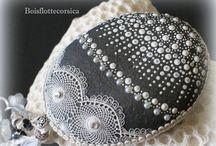 Galets peints plus dentelle et perles