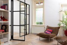 Stalen deur Amersfoort / U ziet hier een mooie scharnierdeur met twee zijlichten. Hebt u interesse in stalen deuren? Bekijk dan onze website: www.stalendeuropmaat.nl.