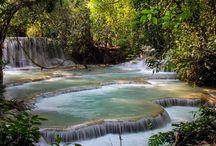 Laos Mood Travel / Enclavé au cœur de la péninsule sud-est asiatique et largement couvert de montagnes et de forêts (70%), le Laos s'étend sur plus de 1700km de la Chine au Cambodge avec une superficie de 236,800km². Le pays se décrit mieux à travers ses différentes régions : un nord montagneux avec la magnifique ville de Luang Prabang et le point culminant du pays (le mont Phou Bia, 2800m)...