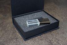 Pack glass y Memoria USB cristal / Conoce nuestros pendrives más exclusivos y elegantes, con un precioso acabado en metacrilato.   Tus trabajos de fotografía quedarán estupendos.  Conoce nuestros usb en www.pendrivesparafotografos.com