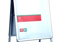 Kundenstopper / Kundenstopper - Doppelseitiger Kundenstopper mit Klapprahmen. - doppelseitiger Klapprahmen mit 45°-Kanten- silberfarbiges Aluminium Profil - transparentes PVC-Blatt zum Schutz der Poste