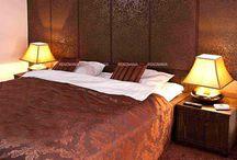 BROWN BEDROOM DECOR / https://renomania.com/blog/?s=bedroom+wallpaper