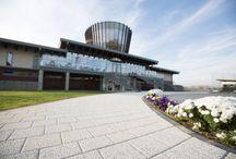 Amenajare Theodora Golf Club / Elis Pavaje a contribuit la amenajarea exterioara a celui mai nou teren de golf din Romania, Theodora Golf Club, construit in Teleac, judetul Alba, de patronul Transavia, Ioan Popa. Contractul, in valoare de 2.200.000 lei, a constat in furnizarea de pavele din beton vibropresat, precum si in servicii de montaj, pentru o suprafata de cca 18.500 mp decopertata si amenajata cu produse Elis Pavaje.