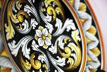 ACJ - Piatti Artistici - Ceramica - Artistic Plate / Un bacheca piena d'arte. Quì puoi trovare l'espressione artistica artigianale dei piatti in ceramica modellati e decorati a mano dai nostri artigiani pieni di talento e passione. Sono pezzi irripetibili, oggetti unici che sapranno fare rispendere qualunque posto dove deciderai di attaccarli o esporre sul loro elegante supporto in ferro battuto.  #Caltagirone #piattiartistici #piatticeramica #ooak #uniquepiece #uniqueitem #art #ceramcs #pottery #uniquegifts