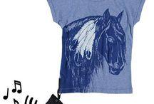 Yporqué kinderkleding / Het merk Yporqué is gestart in 2007 in Barcelona. De naam verwijst naar de herhaalde vraag van de kinderen; waarom? Het idee is afkomstig van drie vrouwen met verschillende achtergronden+ design, reclame en psychologie. Het kinderkleding ontwerpt de designs met in het achterhoofd dat kinderen het dragen. Zo zijn er de stimulerende shirts; shirts ontworpen om de zintuigen te stimuleren met geluiden, texturen, geuren, games of tl-beelden in het donker.