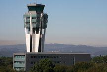 Aeropuerto de Santiago / El aeropuerto de Santiago está situado a unos diez kilómetros al nordeste de la ciudad, en los términos municipales de Santiago de Compostela, O Pino y Boqueixón, provincia de A Coruña. http://ow.ly/Gx0ja