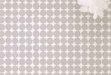 Marimekko Tapeten / Marimekko gibt es bereits seit 1951. Seither zeichnet das finnische Unternehmen minimalistisches Design und kräftige Farben aus. Bekannt sind vor allem seine großflächigen Blumenmotive. Marimekko gilt heute als eine Ikone des skandinavischen Designs. Auf seinen Tapeten versammelt Marimekko seine schönsten Muster der letzten Jahrzehnte.