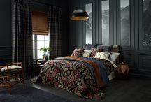 Arts & Crafts / Ob als Vorhang- oder Möbelstoff, gelungen und raffiniert ist die Verbindung von edel bestickten Dekorationsstoffen in besonders stylischer Farbgebung mit aufwendig gewebten Jacquard-Stoffen.