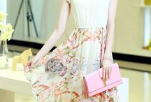 Vestido Muye / Mangas curtas Saia prissada Cintura com elástico Padrão Floral Tecido: seda Comprimento da saia: no joelho Decote redondo Acompanha colar MEDIDAS: Busto: 102cm Cintura: elástica Comprimento: 98cm Mangas: 38cm
