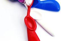 KIDZ / Dziecięca szczoteczka z trzykrotnie większą ilością włosia na szerokiej, owalnej główce połączonej z wyprofilowanym pod zalecanym przez stomatologów kątem. JEDYNE NA ŚWIECIE W WERSJI DLA PRAWO- I LEWORĘCZNYCH!