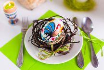 Wielkanoc na ludowo / Wielkanoc kojarzona jest z pisankami: ręcznie robione pisanki łowickie, pisanki opolskie, kraszanki, pisanki kurpiowskie, drewniane jajka w ludowe wzory - to najpopularniejsze ozdoby stołu wielkanocnego w Polsce. Jaja wielkanocne będą idealnym produktem w Twojej wielkanocnej aranżacji świątecznego stołu. Jajka folk są niezbędnym elementem ozdabiającym koszyczki wielkanocne, ale także trafionym prezentem, którym obdarzyć możesz najbliższych, życząc wszelkiej pomyślności i szczęścia.