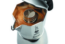 Bialetti / 1933 Alfonso Bialetti inventa la Moka Express, una revolución: Ya se puede hacer el mejor café expresso en casa. Esta icónica cafetera de 8 caras ha sido catalogada como 1 de los 10 inventos que cambiaron la vida de los hogares. Bialetti: La auténtica cafetera italiana