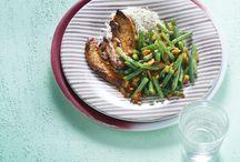 Sperziebonen-inspiratie: recepten met sperziebonen / Hmmm... de sperzieboon. Van oudsher een typisch Hollandse groente, al ligt de oorsprong van dit boontje in ... Deze bekende groente is ook bekend onder de namen slabonen en prinsessenbonen. Je kunt er alle kanten mee op: koken, stoven, smoren of roerbakken. Dankzij de veelzijdigheid past de sperzieboon in een grote diversiteit aan gerechten, van oer-Hollands tot Indiase curry of Marokkaanse stoofschotel.