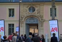 Journées européennes du patrimoine 2015 / Merci à tous, vous avez été nombreux à venir visiter samedi les locaux de Versailles Grand Parc. Intrigués puis intéressés, les passants se sont laissés séduire par la carte géante de l'agglomération placée juste devant le porche classé, sur la contre-allée de l'avenue de Paris. François de Mazières, président de la communauté d'agglomération, l'a même utilisée pour une réunion improvisée sur les grands projets de l'Agglo.